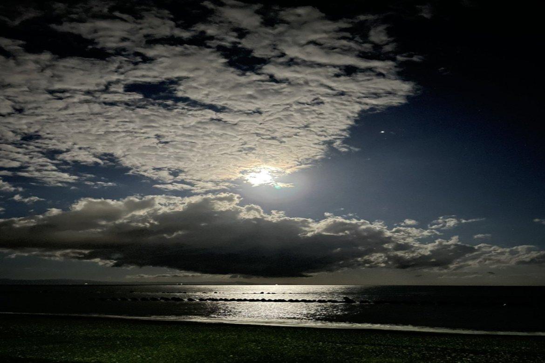 用宗海岸にて月の道